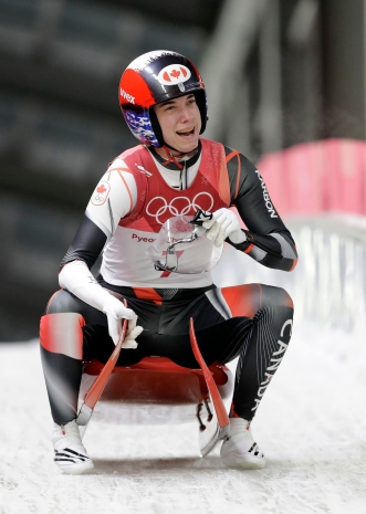 Kimberley McRae dans la zone d'arrivée après sa dernière descente à l'épreuve simple de luge, aux Jeux olympiques de PyeongChang, le 13 février 2018. (AP Photo/Wong Maye-E)
