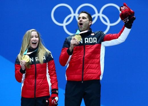 Kaitlyn Lawes et John Morris reçoivent leur médaille d'or en curling double mixte aux Jeux olympiques de PyeongChang 2018, le 14 février 2018. (Photo Vaughn Ridley/COC)