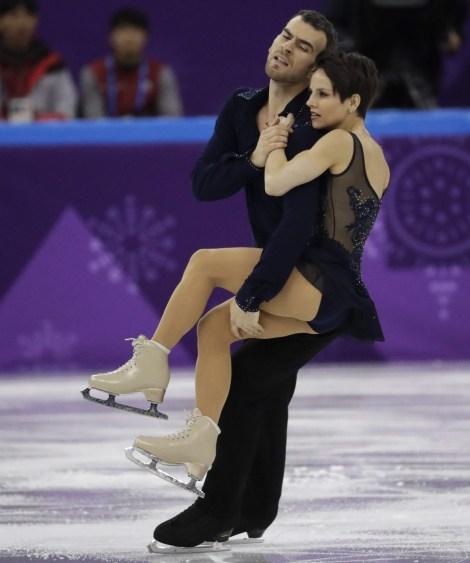 Le couple Megan Duhamel et Eric Radford patinent leur programme court lors de l'épreuve par équipes à PyeongChang 2018, le 8 février 2018. (AP Photo/Bernat Armangue)