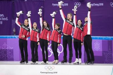 L'équipe de patinage artistique du Canada avec Patrick Chan, Grabrielle Daleman, Katelyn Osmond, Maegan Duhamel, Eric Radford, Tessa Virtue et Scott Moir qui célèbre après avoir remporté l'or à l'épreuve par équipes le 12 février 2018 aux Jeux olympiques de PyeongChang. (Photo: David Jackson/COC)