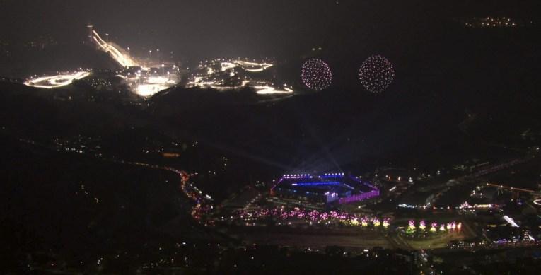 À droite, le Stade olympique de PyeongChang 2018, à gauche, le resort d'Alpensia, qui accueillera la moitié des épreuves olympiques. (OBS-IOC via AP)