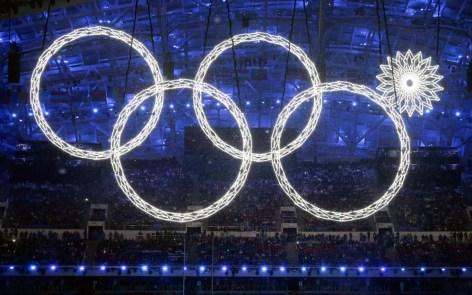 L'un des cinq anneaux olympiques ne s'est pas déployé pendant la cérémonie d'ouverture des Jeux de Sotchi 2014. Vendredi 7 février 2014. (AP Photo/Mark Humphrey)