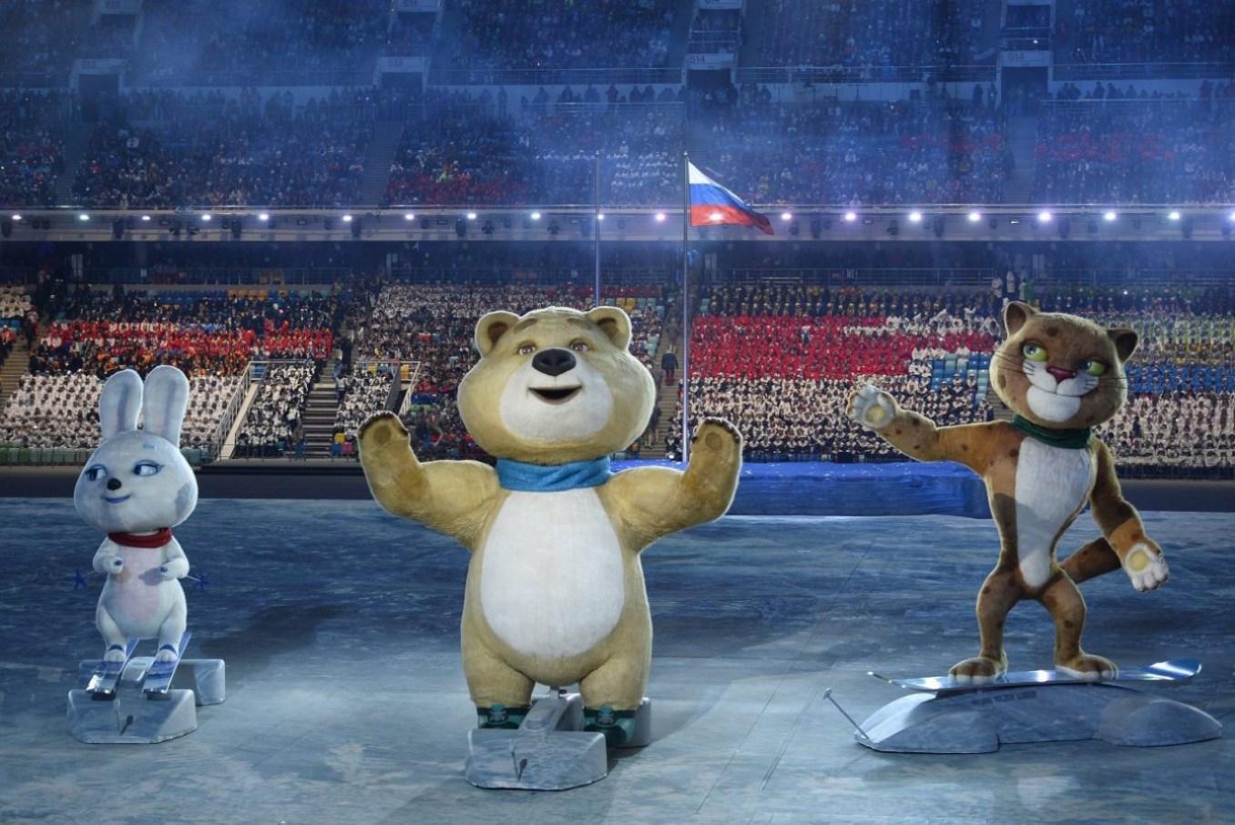 Les mascottes officielles des Jeux d'hiver de 2014, le léopard, l'ours polaire et le lièvre, s'agitent pendant la cérémonie d'ouverture. Vendredi 7 février 2014. (AP Photo/Lionel Bonaventure, Pool)