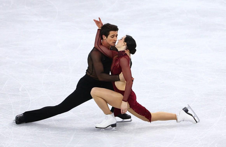 Tessa et Scott effectuent une figure proche de la glace
