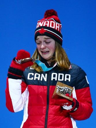 Kim Boutin, émotive, regarde sa médaille à la cérémonie des médailles