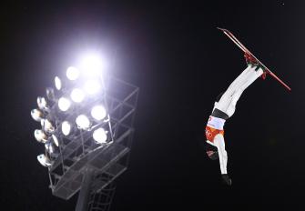 Lewis Irving en plein vol lors des qualifications de l'épreuve des sauts. (Photo par Vaughn Ridley/COC)