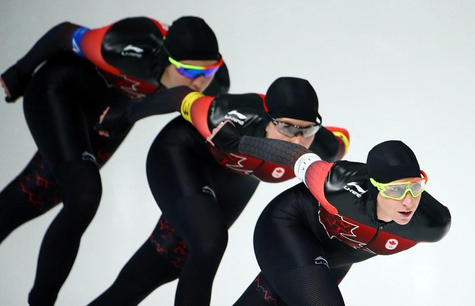 Ivanie Blondin, Josie Morrison et Isabelle Weidemann patinent lors des qualifications de poursuite par équipes. (Photo par Vaughn Ridley/COC)