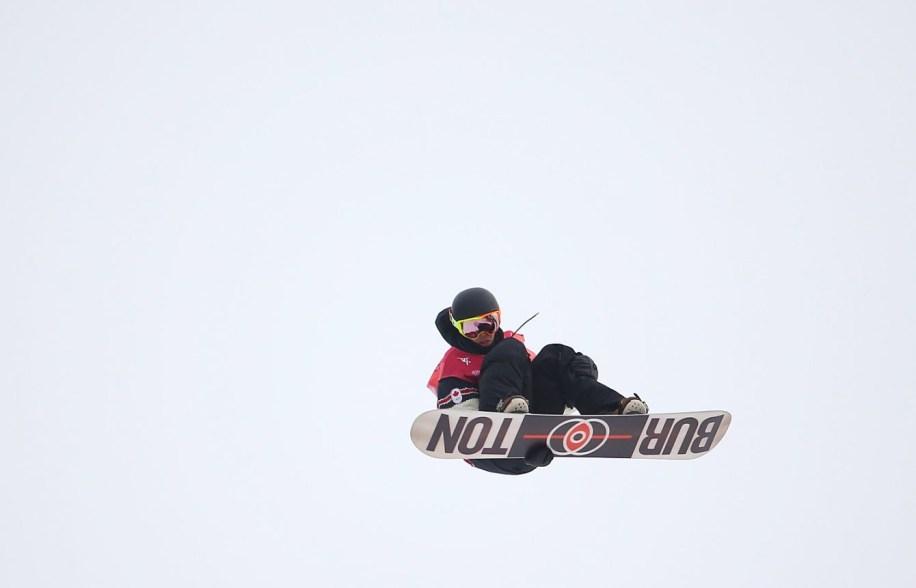 Mark McMorris en plein saut pendant la finale du big air en snowboard, à PyeongChang 2018. (Photo par Vaughn Ridley/COC)