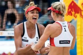 Deux athlètes de volleyball de plage célèbrent