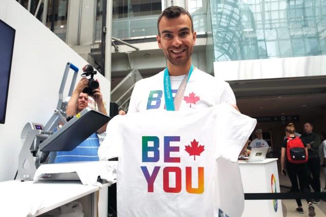 Le champion olympique Eric Radford participe au lancement du tout premier magasin éphémère 'Sois Toi' du Comité olympique canadien à l'occasion de la Fierté 2018, le 22 juin 2018 au Centre Eaton de Toronto. (Photo: Adam Pulicicchio / COC)