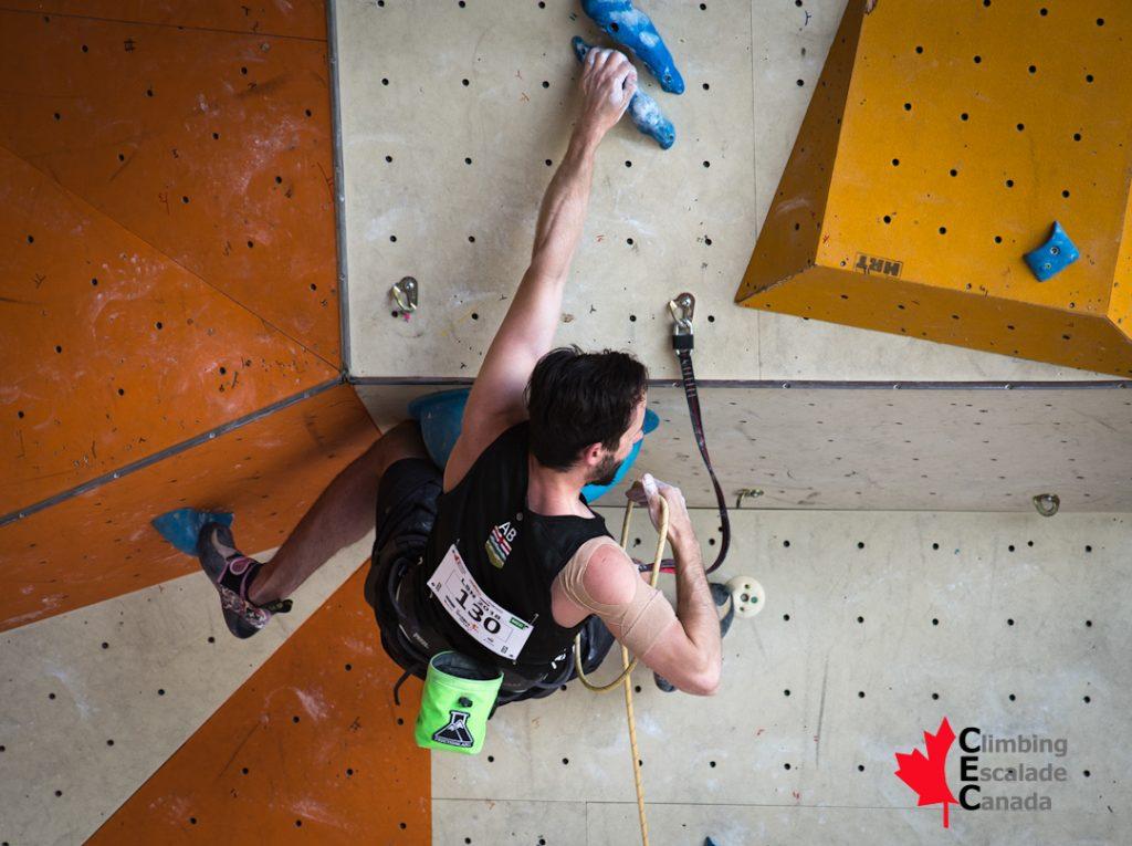 Jason Holowach en ascension du mur d'escalade