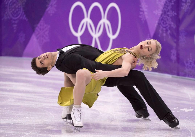 Piper Gilles et Paul Poirier effectuent une figure près de la glace