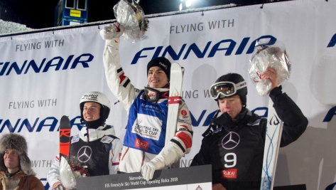 Mikael Kingsbury partage le podium avec les médaillés de la première Coupe du monde des bosses masculine de la saison, à Ruka (en Finlande), le vendredi 7 décembre 2018. (Photo: FIS)