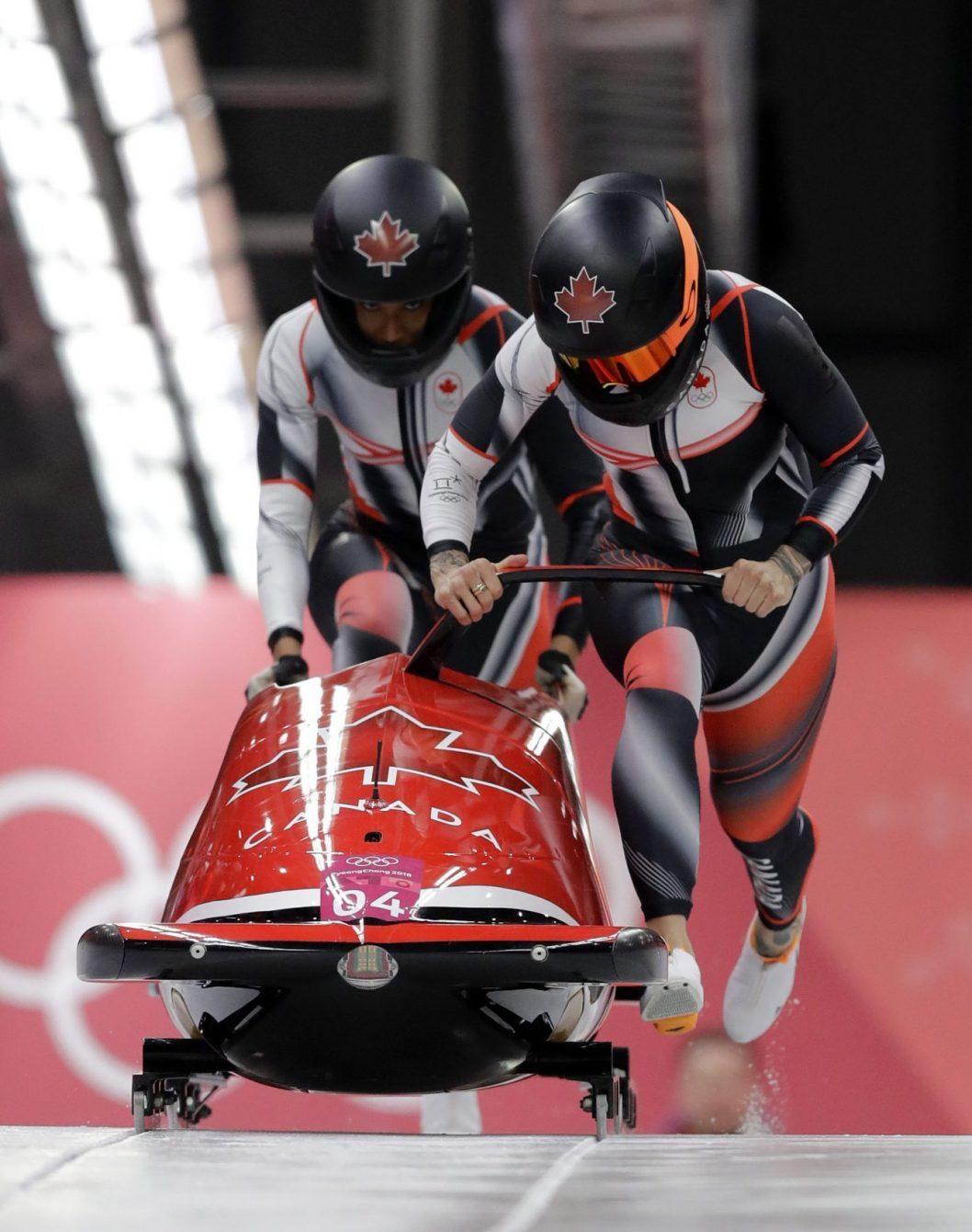 Humphries et George propulsent leur bobsleigh sur la piste.