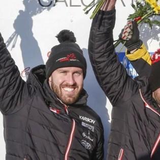 Justin Kripps et Ryan Sommer célèbrent leur médaille d'argent en bob à deux à la Coupe du monde de l'IBSF, à Calgary, le 24 février 2019. (Photo : IBSF/Twitter)
