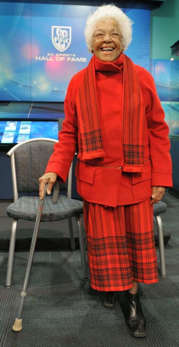 Barbara Howard, âgée, avec une canne.