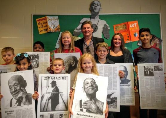 Des jeunes élèves avec leurs enseignants montrent leur projet.