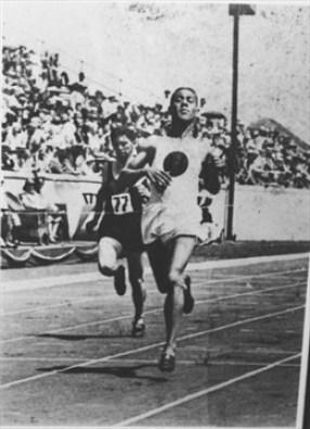 Ray Lewis court sur la piste.