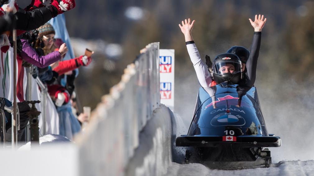 Bujnowski et de Bruin célèbrent dans leur bobsleigh.