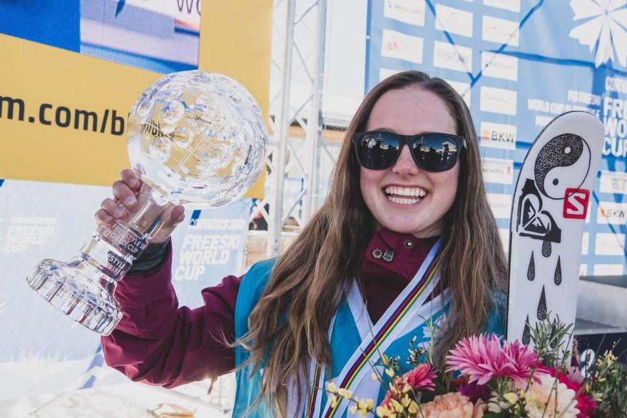 Megan Oldham célèbre avec son globe de cristal aux finales du slopestyle à la Coupe du monde de Silvaplana, en Suisse, le 30 mars 2019. Photo : Mateusz Kielpinski (FIS)