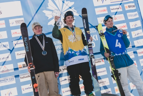 De gauche à droite : Andri Ragettli, de la Suisse, Mac Forehand, des États-Unis, et Max Moffat, du Canada, célèbrent leur place au classement général (respectivement troisième, premier et second) à la Coupe du monde de Silvaplana, en Suisse, le 30 mars 2019. Photo : Mateusz Kielpinski (FIS)