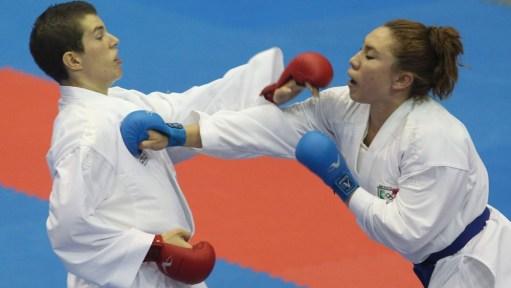 Olivia Grant (à gauche) affronte Xunashi Caballero, du Mexique, en demi-finale de karaté aux Jeux panaméricains de Guadalajara 2011.