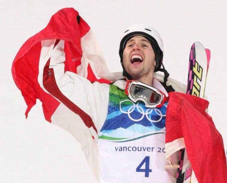 Alex Bilodeau secoue le drapeau canadien en signe de célébration
