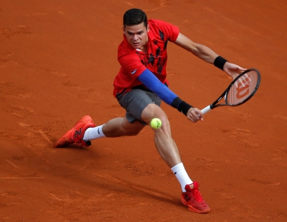 Milos Raonic effectue un revers lors de sont match de quart de finale des Internationaux de France l'opposant à Novak Djokovic, le 3 juin 2014. (AP Photo/Michel Euler)
