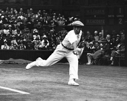 Le Français René Lacoste lors de la finale de Wimbledon en 1928. Lacoste a remporté deux Wimbledon dans sa carrière. En 1933, il fonde sa célèbre compagnie, Lacoste. (AP Photo, File)