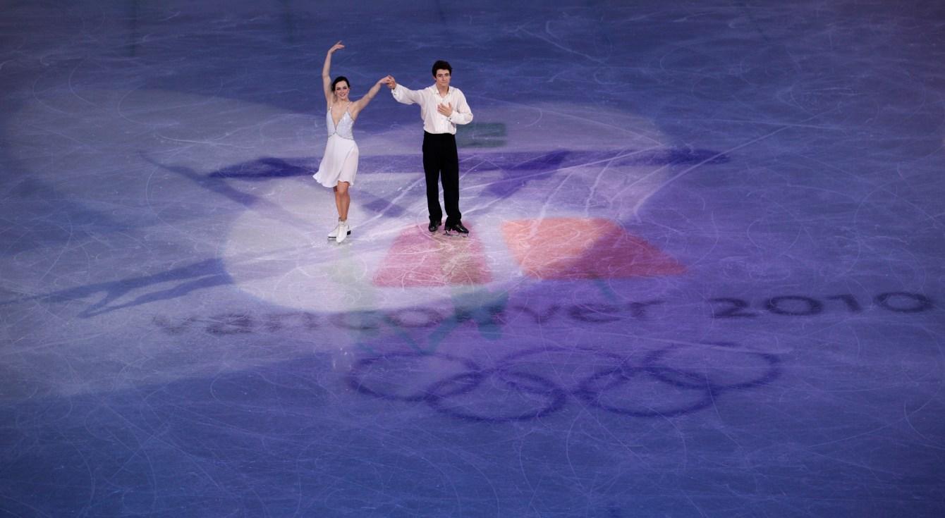 Tessa Virtue et Scott Moir saluent la foule après une performance à Vancouver 2010