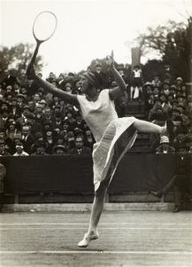 Suzanne Lenglen en action lors d'une séance photo. (Photo: TennisForum.com)