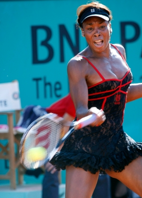Venus Williams lors de son match contre Patty Schnyder de la Suisse au premier tour des Internationaux de France le 23 mai 2010. (AP Photo/Laurent Rebours)