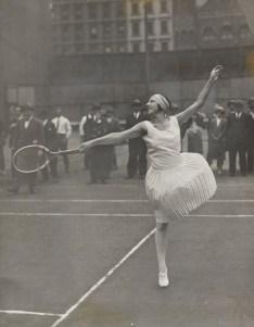La diva française Suzanne Lenglen lors d'un entraînement public à New York dans les années 20. (Photo: MoMa)