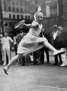 Suzanne Lenglen a remporté deux titres à Paris (1925-1926) et l'un des principaux courts de Roland Garros porte son nom.