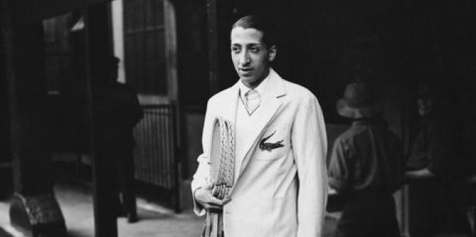 René Lacoste pose pour les caméras lors du tournoi de Roland Garros de 1929. (Photo: Esquire)