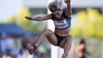 Une athlète effectue un saut en longueur