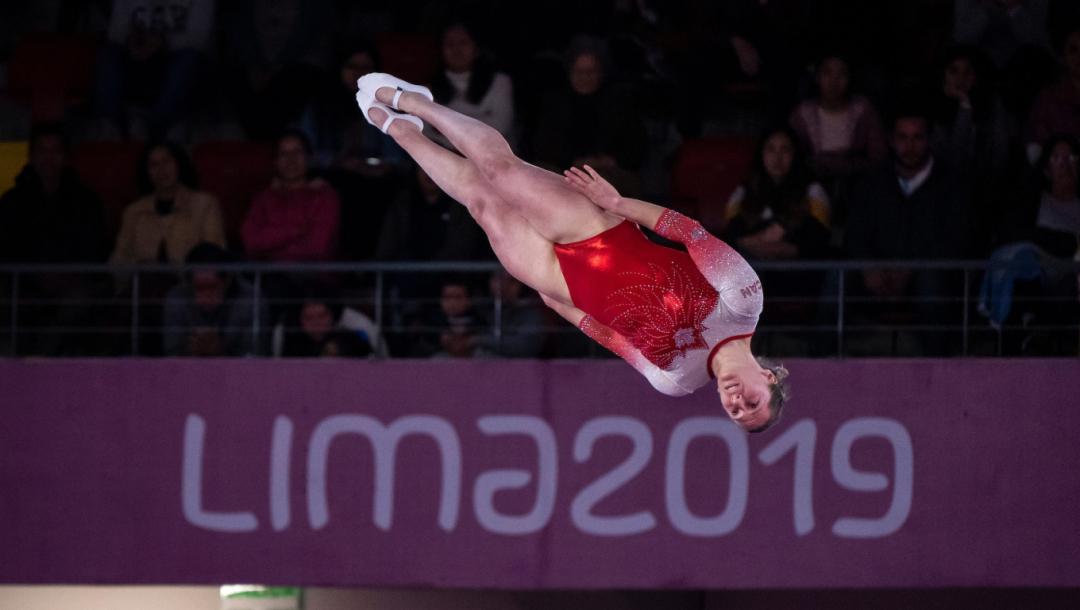 Une trampoliniste en plein vol