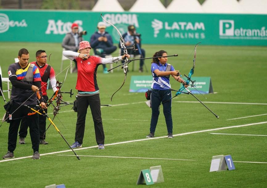 Une athlète de tir à l'arc se prépare