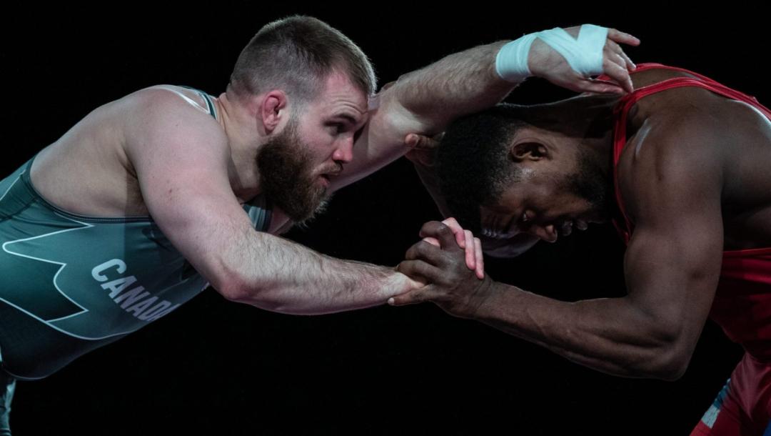 Deux lutteurs s'affrontent