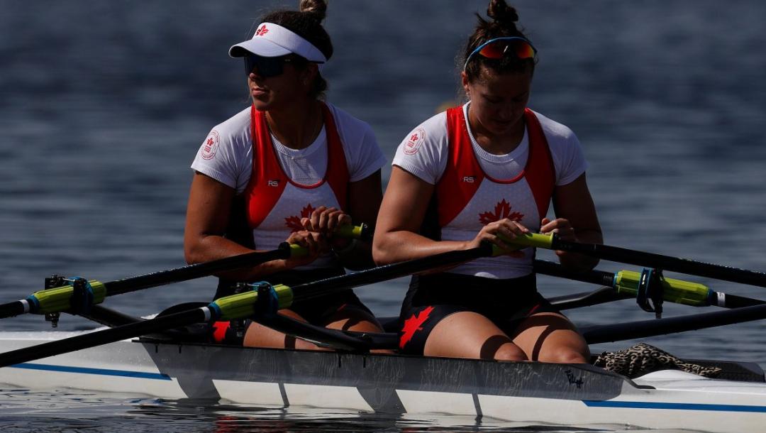 Deux athlètes d'aviron