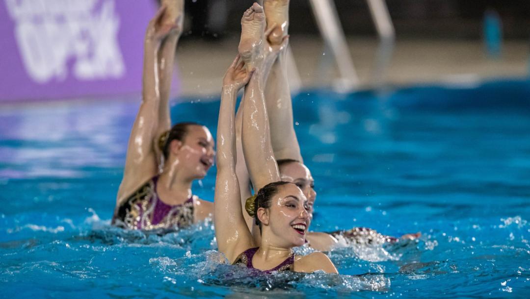 Quatre nageuses artistique en action dans l'eau