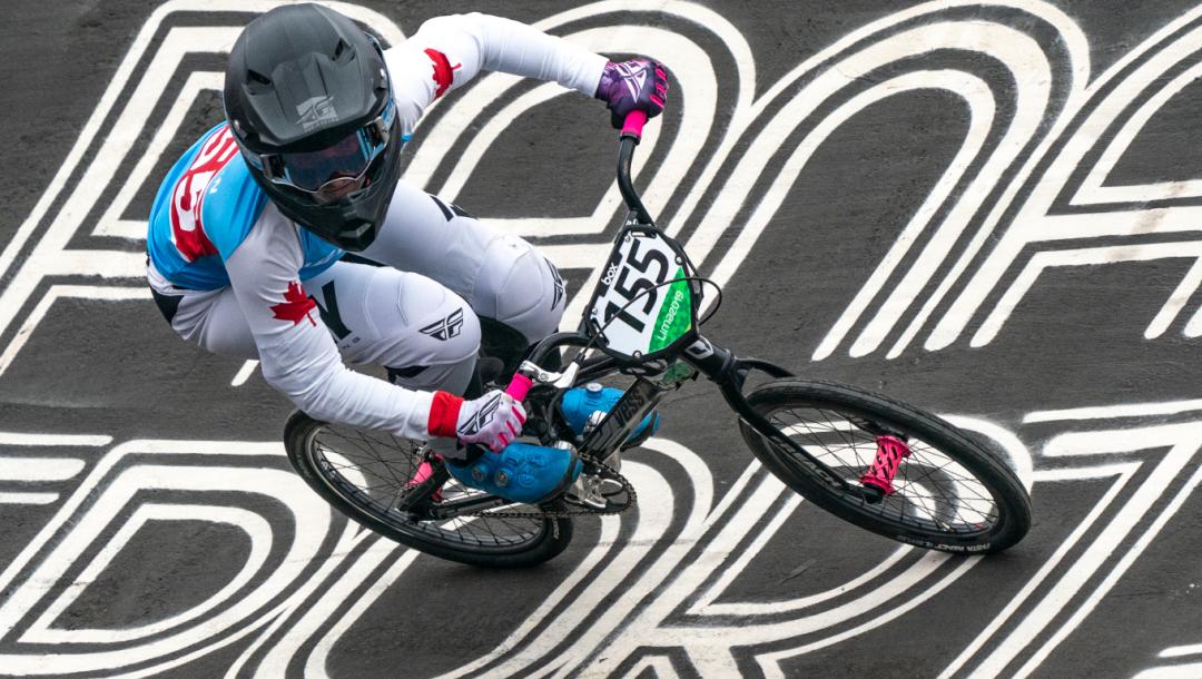 Une athlète de BMX en action