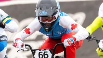 Un athlète de BMX en action