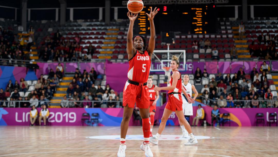 Une joueuse de basketball tire au filet