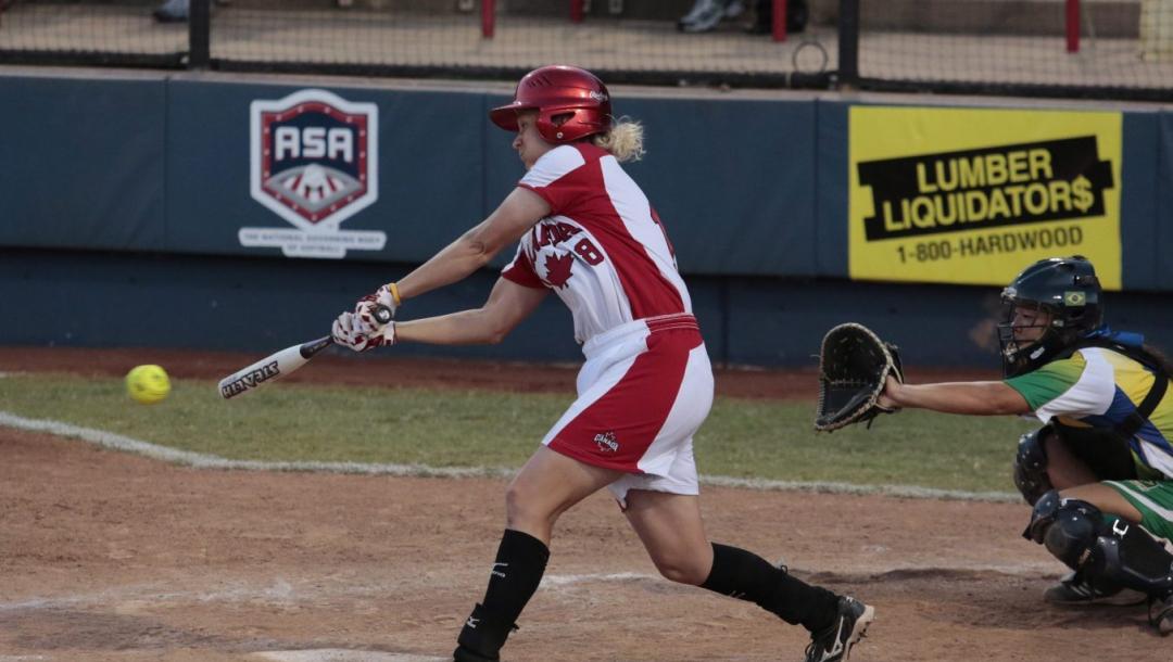 Une joueuse de softball frappe la balle