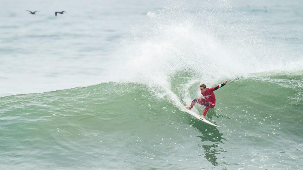 Un surfeur sur une vague
