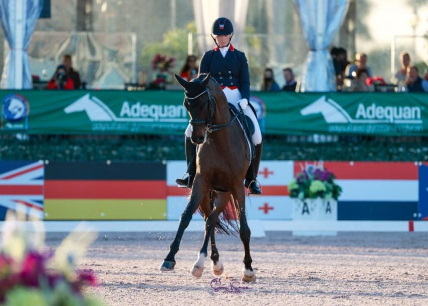 Une athlète de sports équestres sur son cheval