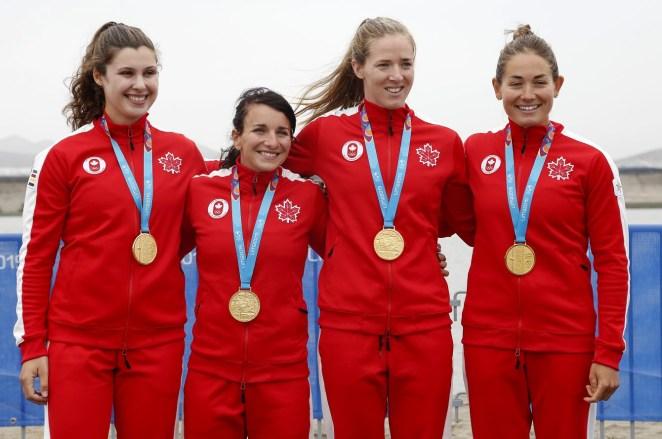 Ann Negulic, Adréanne Langlois, Alexa Kaien Irvin et Allana Bray-Lougheed avec leurs médailles d'or au K-4 500 M aux Jeux panaméricains de Lima 2019. Photo: Flávio Florido / Lima 2019