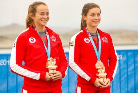 Anne Lavoie-Parent et Rowan Hardy-Kavanagh sur le podium après avoir remporté leur médaille de bronze au C2-500 m en canoë vitesse aux Jeux panaméricains de Lima, au Pérou, le 29 juillet 2019. Photo : Flavio Florido / Lima 2019
