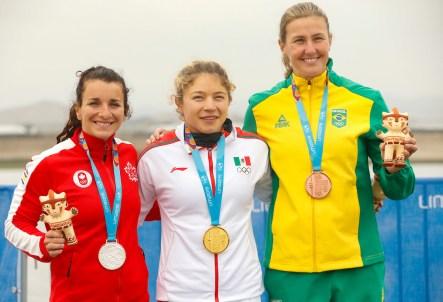 De gauche à droite : la médaillée d'argent Andréanne Langlois, la médaillée d'or Beatriz Briones, du Mexique, et la médaillée de bronze Ana Paula Vergutz, du Brésil, posent lors de la cérémonie des médailles du K1-500 m en canoë sprint aux Jeux panaméricains de Lima, au Préou, le 29 juillet 2019. Photo : Flavio Florido / Lima 2019